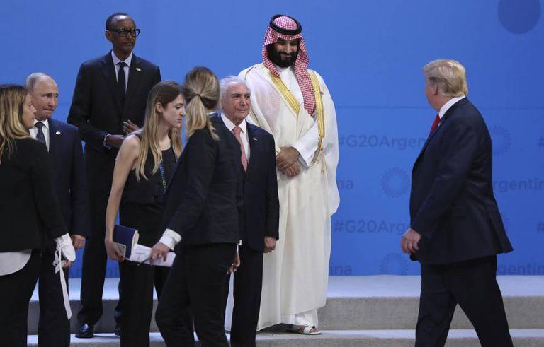 Trump cruza com o herdeiro saudita Mohamed bin Salmán diante de Temer, Putin e Kagame (presidente da Ruanda).