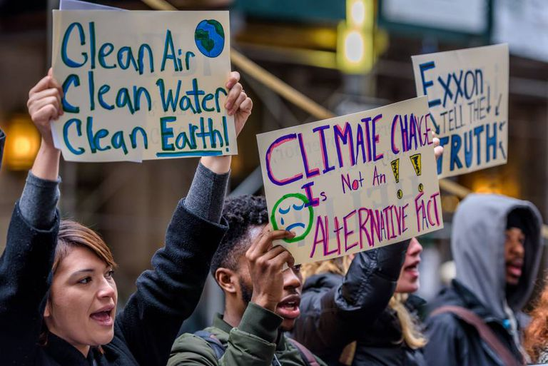 Grupo de ativistas defende a investigação da petroleira ExxonMobil, que mentiu durante décadas sobre sua contribuição para a mudança climática.