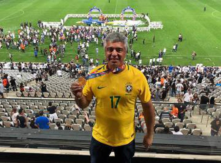 Major Olímpio posa com medalha de campeão cedida pelo Corinthians.