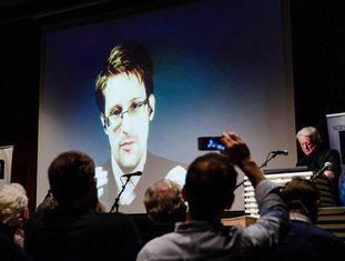 Edward Snowden durante teleconferência feita de Moscou em novembro.