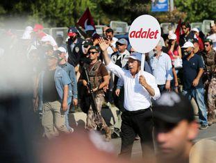 Kemal Kiliçdaroglu carrega um cartaz com a palavra 'justiça'.