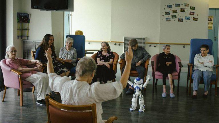 Um grupo de idosos do hospital de Jouarre durante uma atividade com Zora.