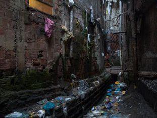 Vala de esgoto na Rocinha.