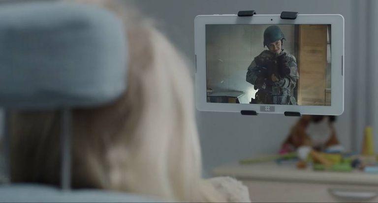 Em 'Arkangel', capítulo da quarta temporada, uma das sequências que bloqueia o dispositivo instalado na garota pertence ao capítulo 'Engenharia Reversa', da terceira temporada
