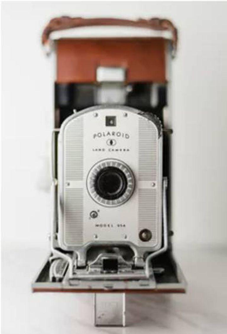 A câmera Polaroid original libertou aos usuários de ter que se deslocar até um quarto escuro a revelar suas fotografias.