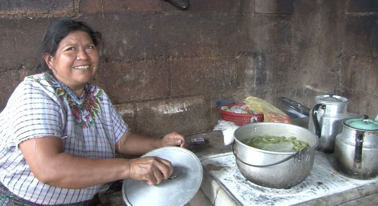 Uma mulher cozinha em Santiago de Atitlán, Guatemala.