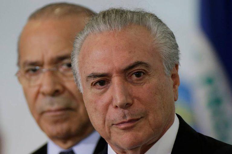 Michel Temer e Eliseu Padilha em Brasília: ministros do Governo resistem no cargo mesmo sob investigação.