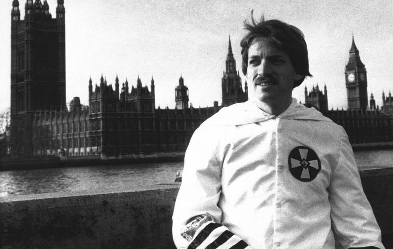 Duke, vestido com o uniforme do Ku Klux Klan, em 1978 em Londres, onde conseguiu mesmo com sua entrada proibida.