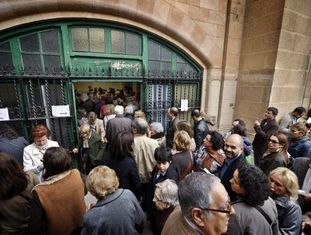 Dezenas de pessoas se amontoam para votar em um colégio eleitoral do centro de Barcelona durante as eleições catalãs de novembro de 2012.