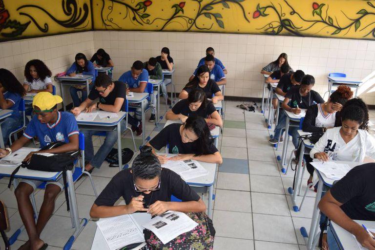 Alunos realizam simulados para o Enem em uma escola pública da Bahia.
