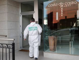 Um policia civil entra no edifício de Foz (Lugo) onde foi achado o cadáver, nesta passada segunda-feira.