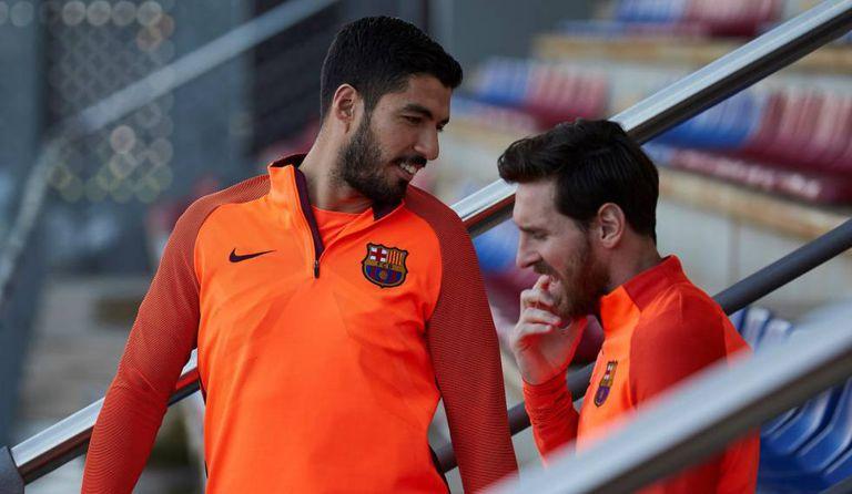 Suárez e Messi conversam em treino antes da partida contra a Roma.