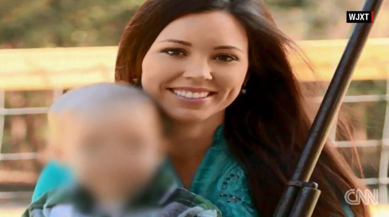 Jamie Gilt com uma espingarda e o filho de quatro anos em foto do Facebook.