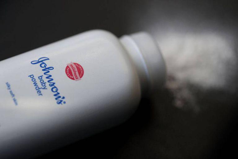 Embalagem do talco de bebê Johnson's fabricado pela Johnson and Johnson.