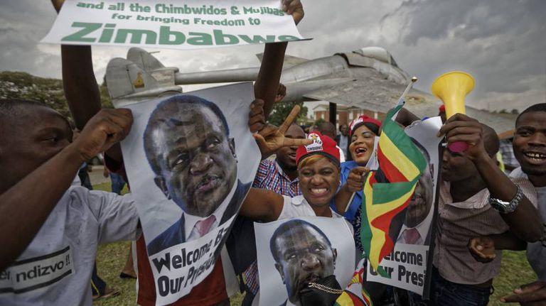 Partidários de Emmerson Mnangagwa comemoram retorno ao Zimbábue
