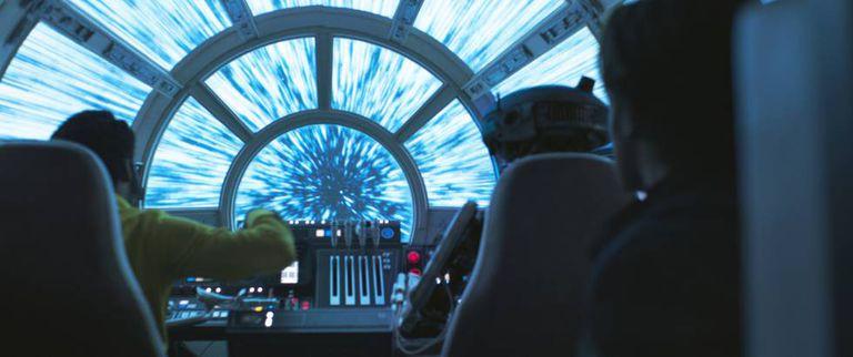 Lando pilota a nave Millenium Falcon em um salto para o hiperespaço