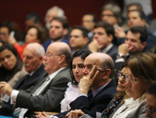 José Serra (ao centro) assiste a um seminário durante evento jurídico em Lisboa que reúne, em sua maioria, líderes opositores do Governo petista.