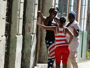 Mujeres conversando em uma rua de Havana.
