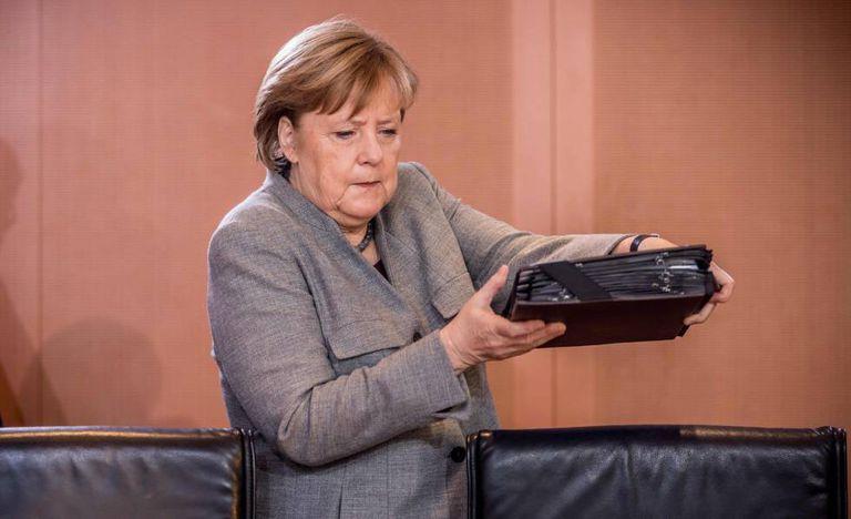 Angela Merkel chega a reunião em Berlim, nesta segunda.
