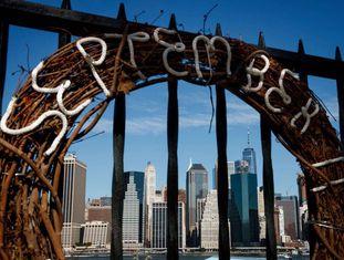 Coroa em homenagem às vítimas mortais do 11 de Setembro em Nova York.