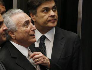 Temer entre os senadores tucanos Aécio Neves e Cássio Cunha Lima.