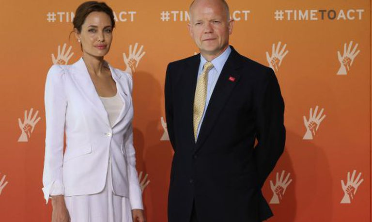 Angelina Jolie, com o ministro britânico William Hague.