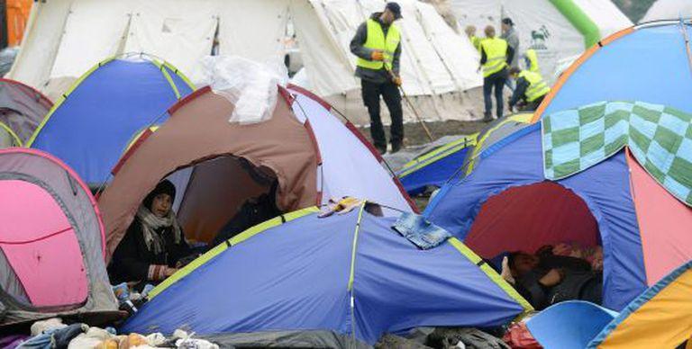Um grupo de refugiados acampados nesta semana em Roszke (Hungria).