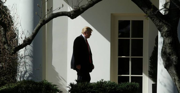 Donald Trump a caminho do Salão Oval.
