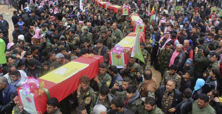 Os funerais dos milicianos mortos em um ataque dos EUA, no noroeste da Síria, nesta quinta-feira.