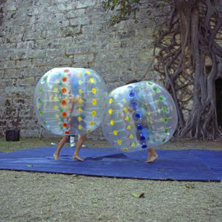 Duas crianças brincam na capital cubana.