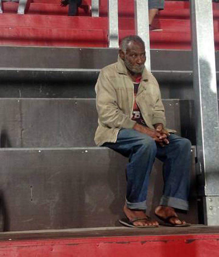 Torcedor de chinelos no estádio do Flamengo causou tanta surpresa nas arquibancadas da Ilha do Urubu que viralizou em redes sociais.