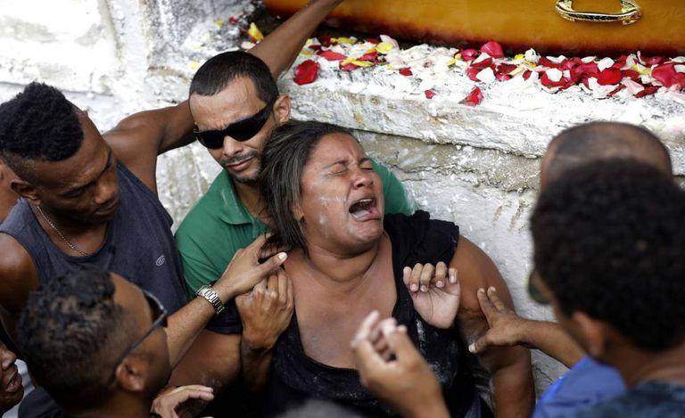 A viúva do músico Evaldo dos Santos Rosa durante seu funeral na quarta-feira no Rio de Janeiro