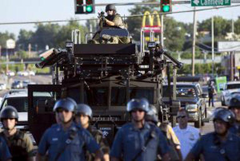 Policiais anti-distúrbios em Ferguson em agosto.
