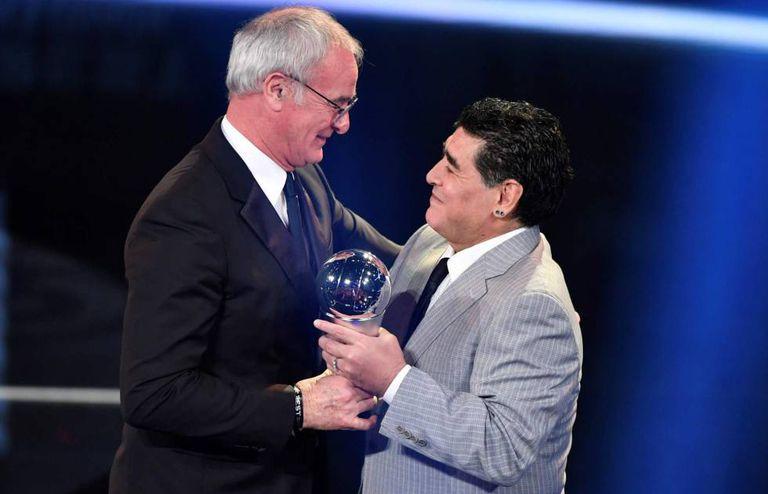 Maradona entrega o prêmio de melhor treinador a Claudio Ranieri.
