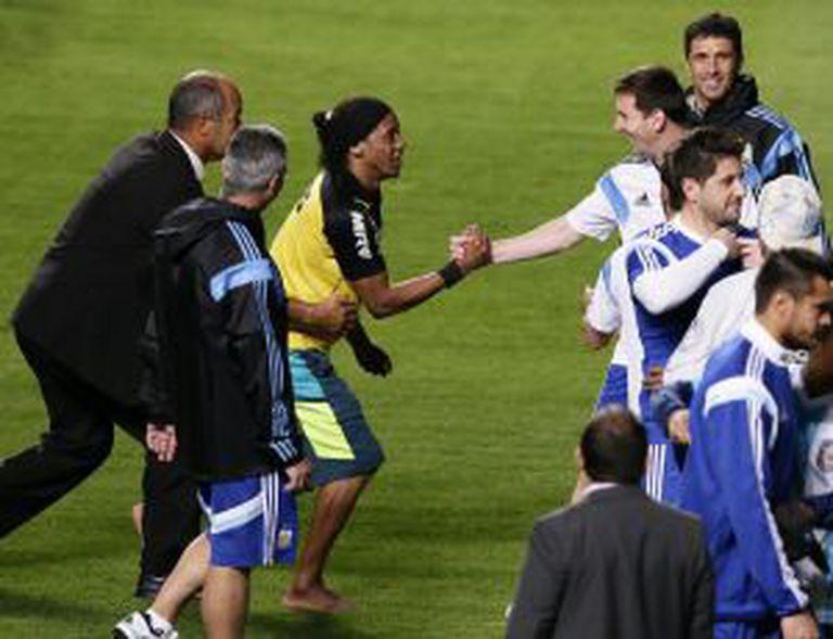 O sósia de Ronaldinho cumprimenta Messi.