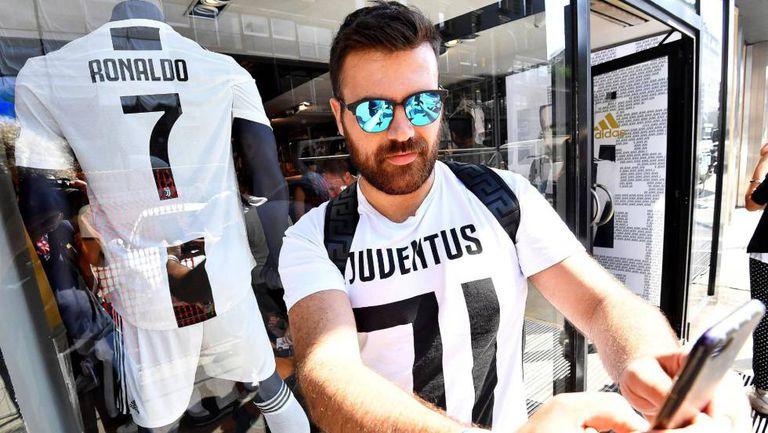 Torcedor tira selfie com a nova camisa da Juve, em Milão