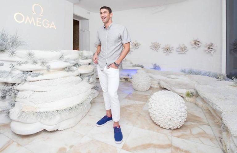 O fundo marinho fora da água. Assim é a Omega House, onde corais e plantas sub-aquáticas acompanharam Michael Phelps na entrevista coletiva após sua última vitória no Rio 2016.