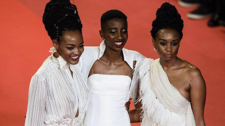 A diretora Wanuri Kahiu (à direita) com as atrizes quenianas Sheila Munyiva (à esquerda) e Samantha Mugatsia