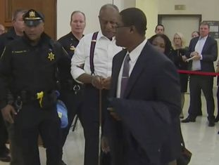 O comediante Bill Cosby, nesta segunda-feira depois de sua chegada a um tribunal da Pensilvânia.