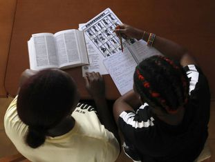 Duas vítimas da rede de tráfico internacional de mulheres estudam em uma casa de acolhimento da ONG Projeto Esperança, na Espanha, em abril passado.
