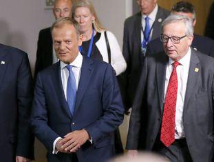 O Presidente do Conselho Europeu, Donald Tusk, e o presidente da Comissão Europeia, Jean-Claude Juncker, ao lado do presidente norte-americano Donald Trump.