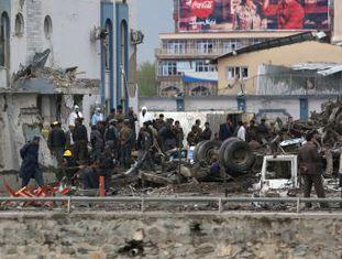 Após explosão, atribuída a um grupo talibã, em uma área de alta segurança da capital afegã, houve tiroteio. É o primeiro ataque desde que os insurgentes declararam o início de nova ofensiva