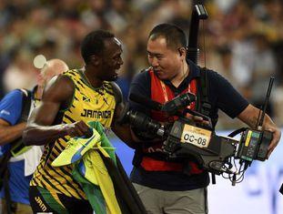 Usain Bolt conversa com o cinegrafista que o atropelou.
