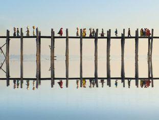 El puente de U Bein, realizado en madera de teca y con 1.000 postes, cruza el lago Taungthaman cerca de Amarapura (Myanmar).