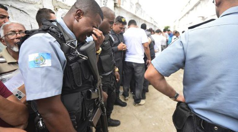 PMs no enterro de colega que reagiu a assalto, no Rio.