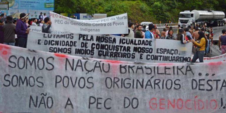 Índios Guaranis protestam contra PEC 215