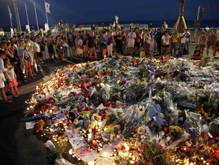 Cidadãos reunidos, neste domingo, em Nice, para prestar homenagem às vítimas.