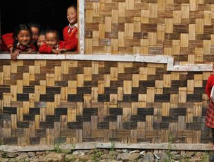 Estudantes do Estado de Sikkim (Índia) brincam durante o recreio em uma escola