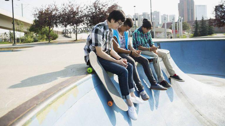Adolescentes com seus smartphones.
