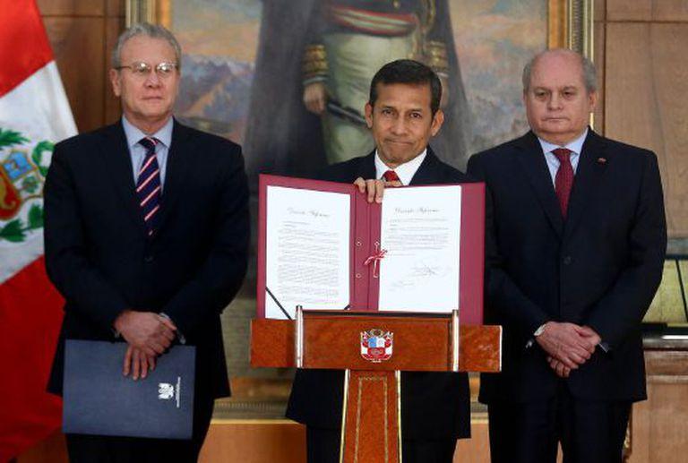 O presidente do Peru mostra o decreto da nova fronteira com o Chile.